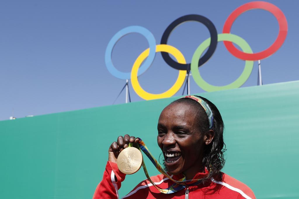 Jemima Sumgong luce el oro olímpico ganado en el maratón de los Juegos de Río.