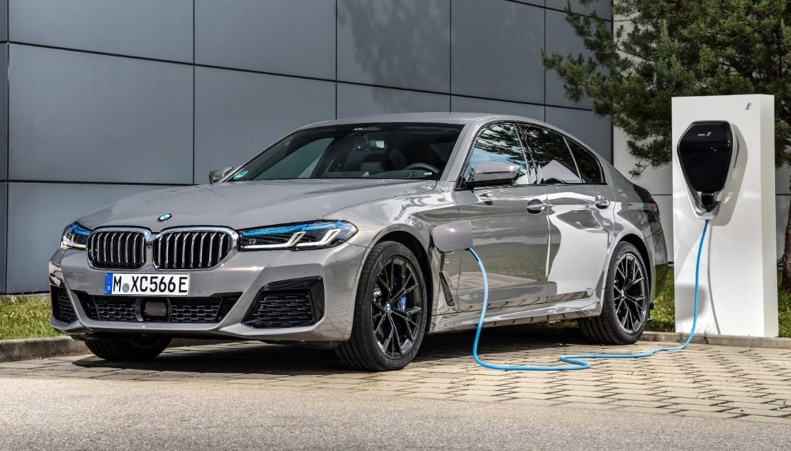 BMW 545e Xdrive y 530e Touring: más versiones que buscan enchufe