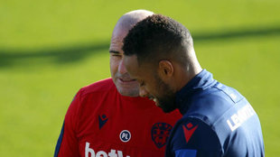 Hernani habla con Paco López en una sesión con el Levante.