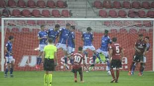 Curiosa imagen de la barrera del Oviedo en el partido de Anduva