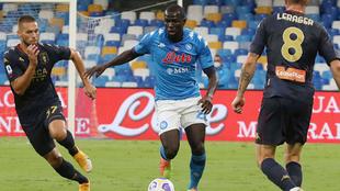 Varios jugadores del Genoa entran a Koulibaly durante el partido que...
