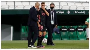 Borja Mayoral recibe instrucciones de Zidane antes de entrar en el...
