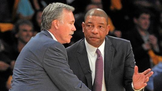Mike D'Antoni se saluda con Doc Rivers antes de un encuentro.