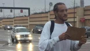 Delonte West pidiendo en las calles de Dallas