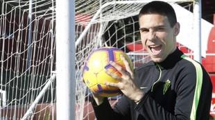 Uros Djurdjevic (26) se dispone a morder un balón en un reportaje...