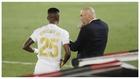 Zidane charla con Vinícius poco antes de darle entrada en un partido...