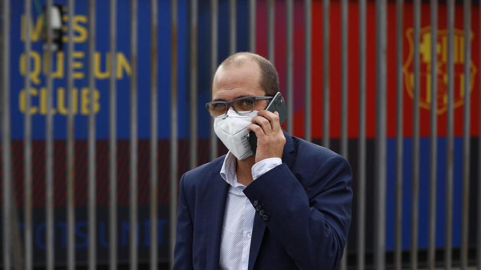 Jordi Farré habla por teléfono.