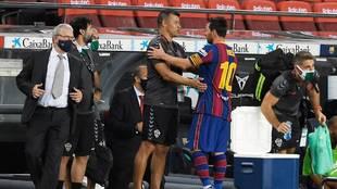 Almirón junto a Messi en el terreno de juego