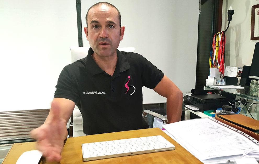 Javi Fernández, en su despacho de Entrenamiento Ciclismo (Madrid).