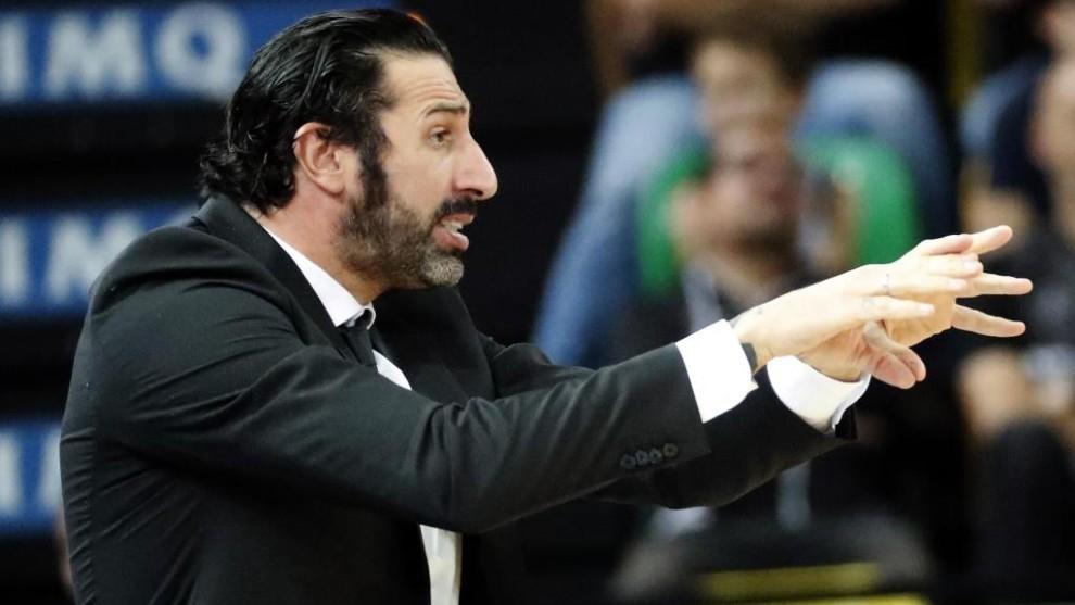 Álex Mumbrú da instrucciones a sus jugadores durante un partido del...