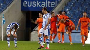 Gorosabel y Oyarzabal se lamentan del gol del Valencia.