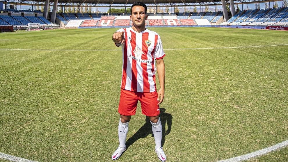 Joao Carvalho posa con la camiseta del Almería.