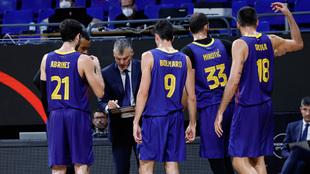 Sarunas Jasikevicius da instrucciones a sus jugadores