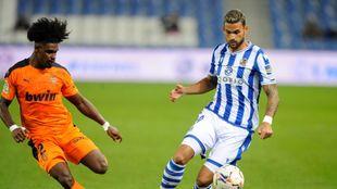 Willian José conduce un balón ante Correia, en el partido contra el...