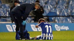 Januzaj es atendido por el doctor Barrera, tras lesionarse.