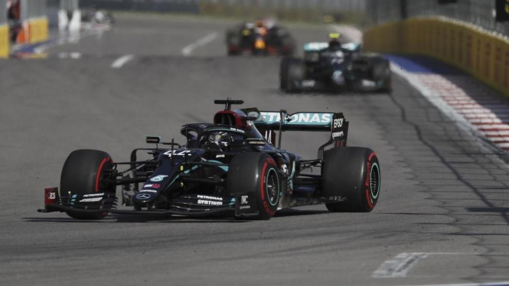 Hamilton, Bottas (detrás) y Verstappen (al fondo).