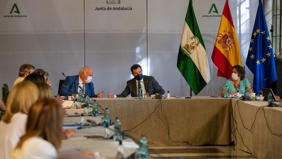 El presidente de la Junta de Andalucía, Juanma Moreno, acompañado...
