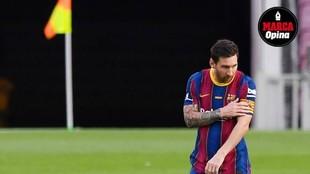 Messi se toca el brazalete de capitán en un partido.