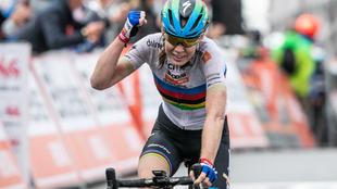 Anna Van der Breggen cruza la línea de meta en el Muro de Huy.