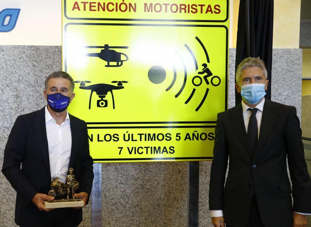 El ministro del Interior, Fernando Grande-Marlaska, y el ex piloto Jorge Martínez Aspar.