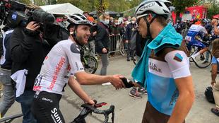 Marc Hirschi recibe la felicitación de Benoit Cosnefroy, segundo en...