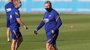 Ronald Koeman, en entrenamiento con el Barcelona.