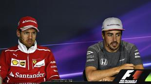 Alonso habla en rueda de prensa con Vettel a su lado.