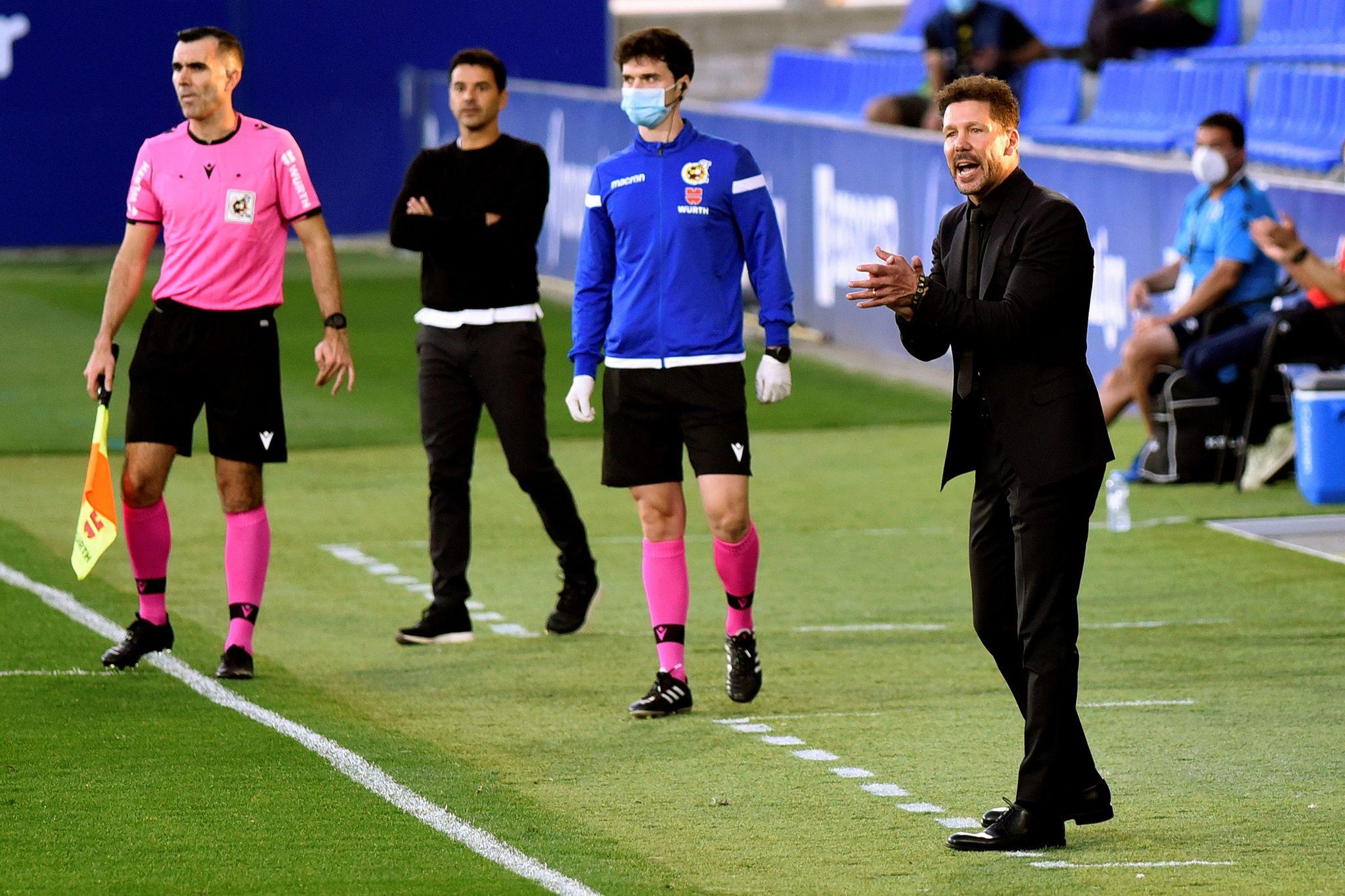 Simeone anima a sus jugadores en la banda.