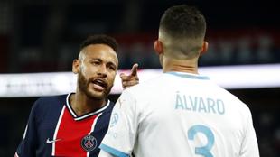 Neymar y Álvaro González en su disputa en el Clásico de Francia.