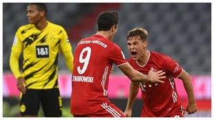 Joshua Kimmich celebra con Lewandowski el gol de la victoria.