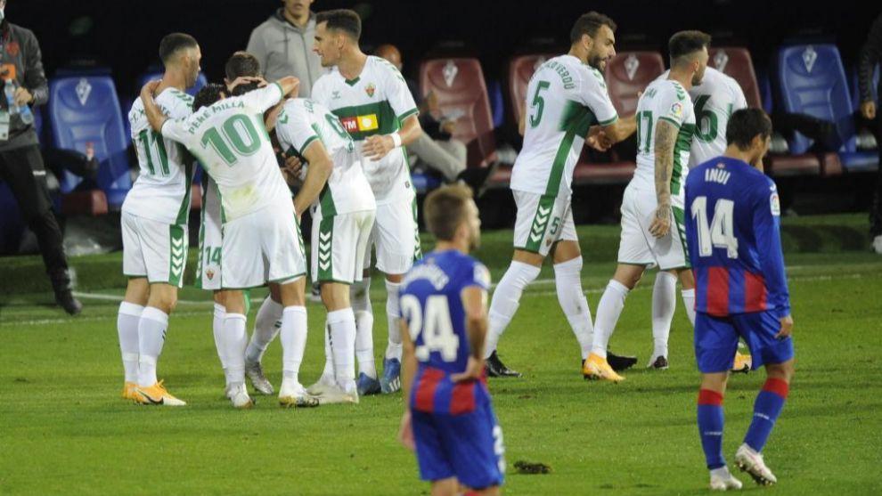 Los jugadores del Elche celebran el gol de Lucas Boyé.