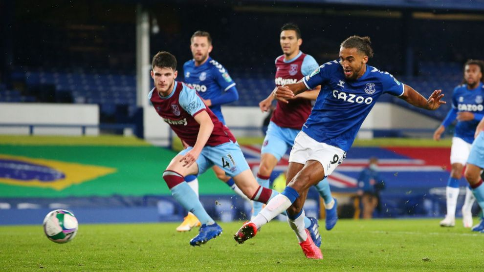 Liverpool (United Kingdom), 30/09/2020.- Dominic lt;HIT gt;Calvert-Lewin lt;/HIT gt; of Everton (C) scores his teams fourth goal during the English Carabao Cup 4th round match between Everton and West Ham United in Liverpool, Britain, 30 September 2020. (Reino Unido) EFE/EPA/Alex Livesey / POOL EDITORIAL USE ONLY. No use with unauthorized audio, video, data, fixture lists, club/league logos or live services. Online in-match use limited to 120 images, no video emulation. No use in betting, games or single club/league/player publications