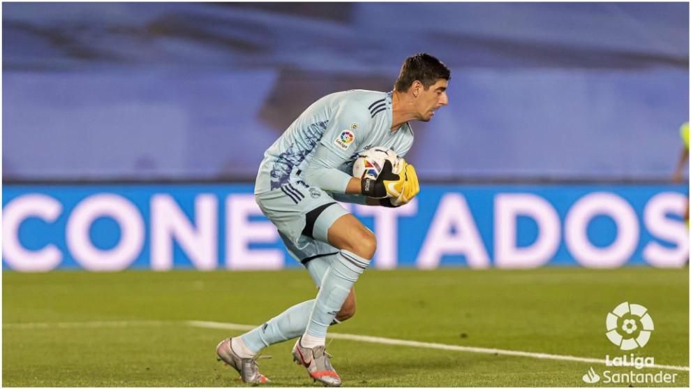 Courtois detiene el balón durante el partido ante el Valladolid.