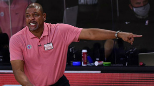Doc Rivers da instrucciones a los jugadores de los Clippers