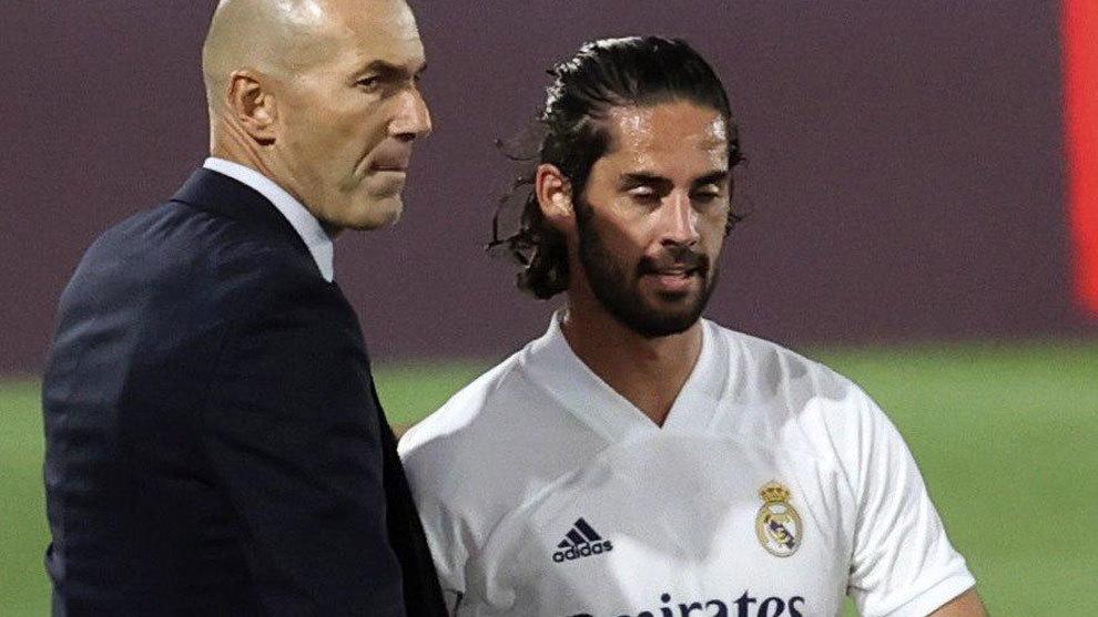 Isco y Zidane, en el partido ante el Real Valladolid.
