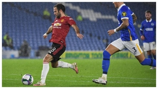 Juan Mata marca contra el Brighton.