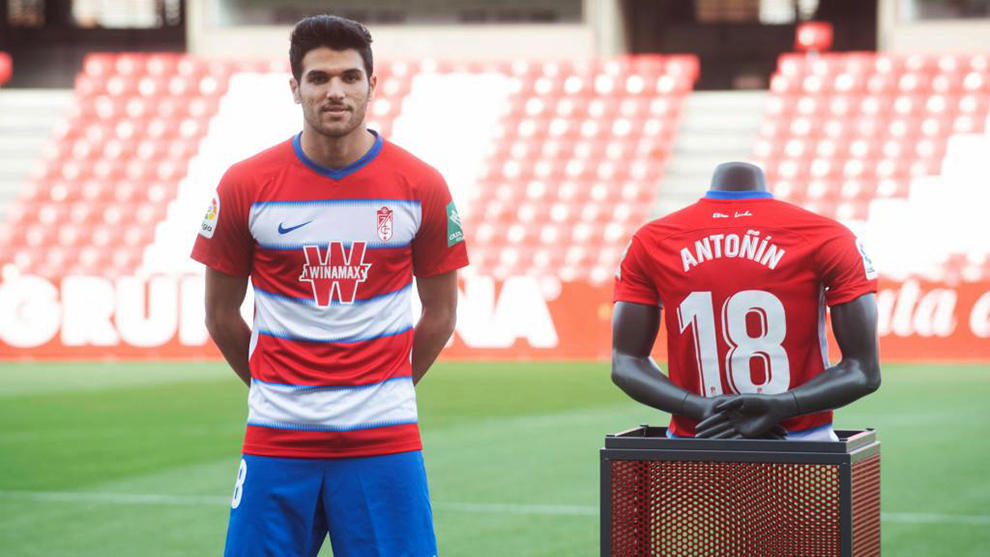 Antoñito posando con su camiseta del Granada