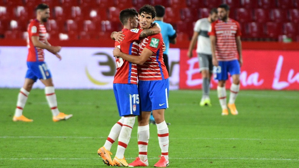 Los jugadores del granada celebran la victoria ante el Lokomotiv