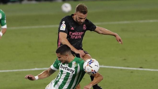 Mayoral fuerza el penalti de Bartra en el Betis-Madrid