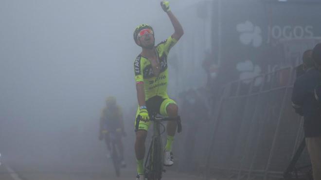 Joni Brandão cruza la línea de meta celebrando su victoria.