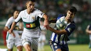Trigueros disputa un balón con Pere Milla en el partido de la Ponfe...
