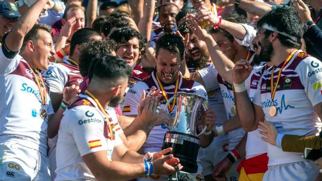 Los jugadores del Sanitas Alcobendas rugby celebran el título de la...