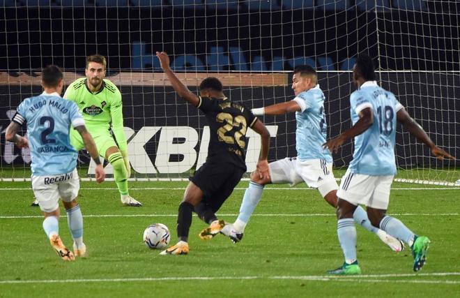 El momento del remate goleador de Ansu Fati.