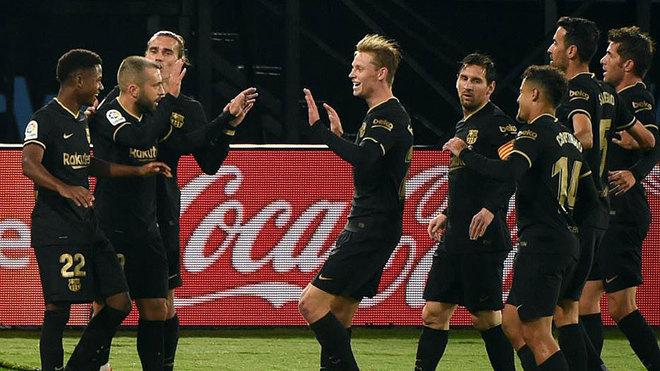 Los jugadores del Barcelona celebran un gol en Balaídos.