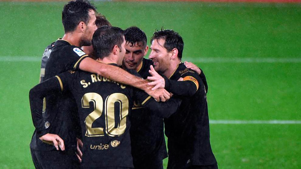 Los jugadores del Barça celebran uno de sus tantos en Balaídos.