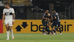 Santos celebra el triunfo en Paraguay.