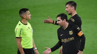 Lenglet, junto a Messi, dialoga con el colegiado.