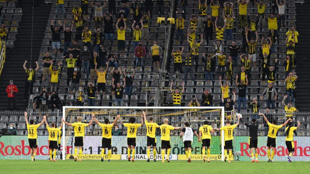 Los jugadores del Dortmund celebran junto a su público la victoria...