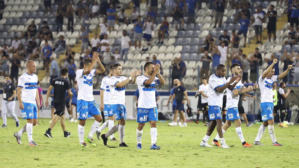 El equipo chipriota saluda a su afición.
