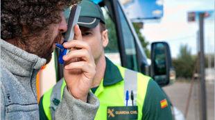 Un joven se somete a un control de alcoholemia de la Guardia Civil.